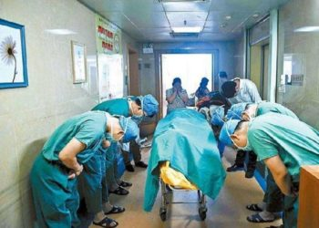 Bambino di 11 anni decide di donare gli organi, equipe medica si inchina durante l'ultimo saluto.